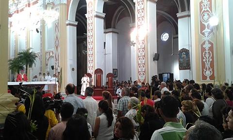 Crucenos-acuden-a-misa-celebrando-el-Domingo-de-Ramos