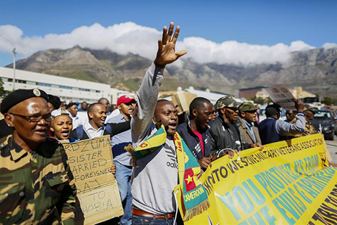 Miles-de-personas-se-manifiestan-en-Sudafrica-contra-la-xenofobia