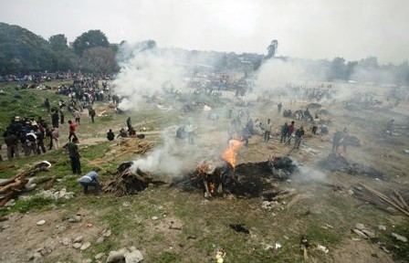 Nepal-crema-a-sus-muertos-mientras-la-tierra-tiembla