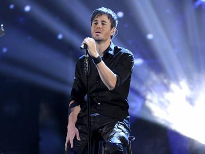 Enrique-Iglesias-se-cae-durante-concierto