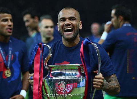 Dani-Alves-renueva-con-el-Barcelona-por-dos-temporadas-mas-
