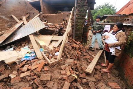 Una-casa-caida-y-otra-con-danos-en-estructura