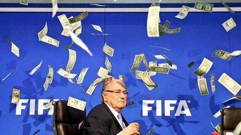 Un-comediante-lanza-billetes-a-Blatter-y-retrasa-su-rueda-de-prensa