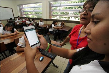 Usan-redes-sociales-para-interactuar-en-el-colegio