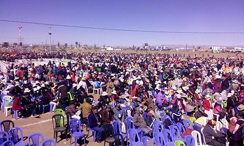 Miles-de-personas-aguardan-la-llegada-de-Francisco-en-el-