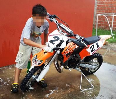 Se-roban-motos-del-campeon-infantil-de-motocross