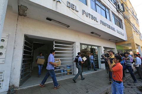 Fiscales-allanan-edificio-de-la-liga-en-Santa-Cruz