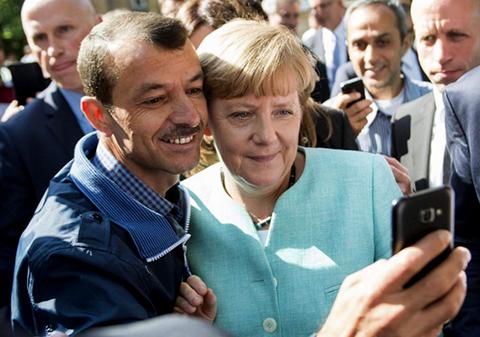 Merkel-se-toma-selfies-con-refugiados-sirios-