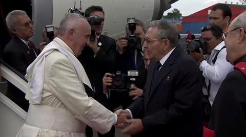 Francisco-es-recibido-por-Raul-Castro-en-La-Habana