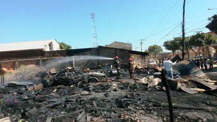 Un-incendio-destruye-5-negocios