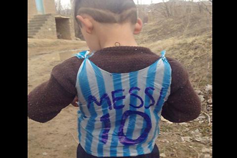 Encuentran-al-nino-de-la-camiseta-de-plastico-con-el-nombre-de-Messi-