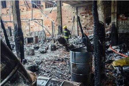 Se-incendia-una-fabrica-de-vidrio