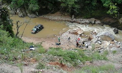 Cuatro-fallecidos-por-embarrancamiento-de-un-minivan-en-Tarija