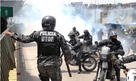 Policias-se-enfrentan-a-vecinos-en-El-Alto