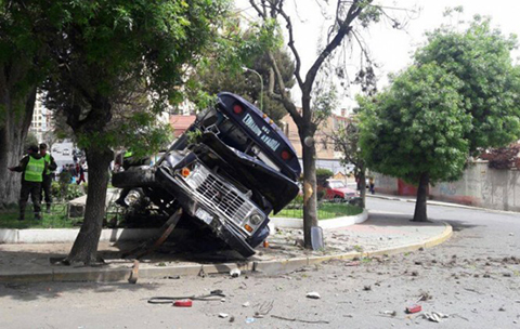 Un-colectivo-protagoniza-un-accidente-de-transito-y-deja-cinco-heridos