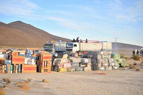Sabaya-entrega-mercaderia-de-contrabando-y-autoridades-llegan-al-pueblo
