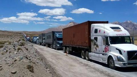 Gobierno-anuncia-atencion-medica-para-transportistas-parados-en-frontera-con-Chile