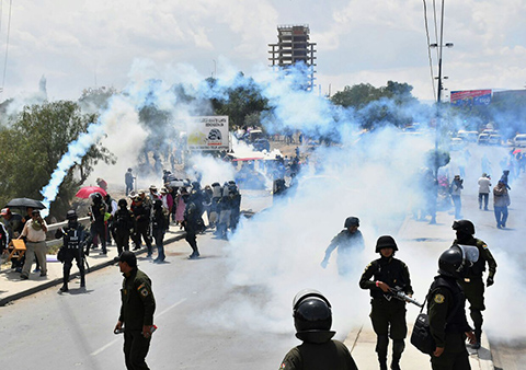 Policia-gasifica-a-pobladores-que-pretendian-abrir-valvulas-de-la-laguna-La-Merced-en-Cochabamba-