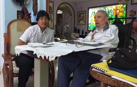 Evo-expresa-su-profundo-dolor-por-la-partida-de-Fidel,-al-que-califica-como-unico-e-inalcanzable