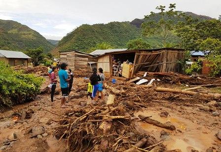 Afectados-por-riada-de-Tipuani-reciben-ayuda