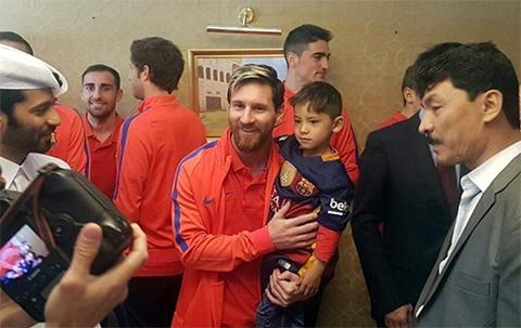 Nino-afgano-que-luciera-camiseta-de-Messi-hecha-en-plastico,-conoce-a-su-idolo