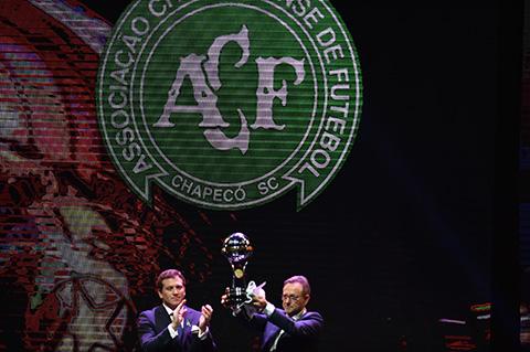 Emotivo-homenaje-al-Chapecoense-en-sorteo-de-Copa-Libertadores-2017