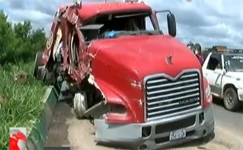 Un-camion-choco-contra-el-puente--La-Amistad--en-la-ruta-Montero---Portachuelo