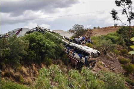 Un-bus-se-embarranca--y-mueren-14-personas