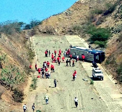 -Seis-heridos-tras-volcar-bus-que-trasladaba-a-jugadores-de-Huracan-de-Argentina