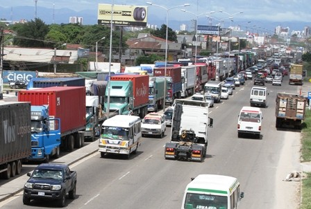 Camiones-varados-por-demora-en-tramite-aduanero