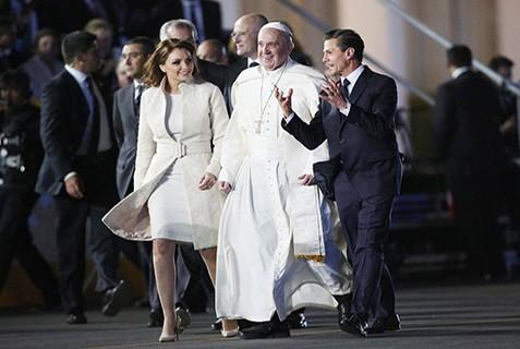 Miles-de-fieles-reciben-al-Papa-Francisco-