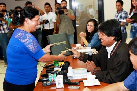 Evo-entrega-cheques-a-55-municipios