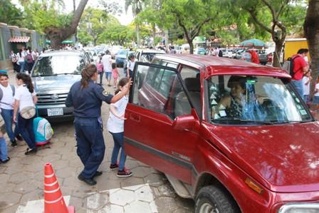 Retiraran-placas-a-vehiculos-mal-parqueados-en-colegios