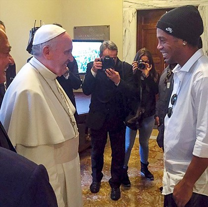 El-Papa-y-las-curiosas-preguntas-a-Ronaldinho-