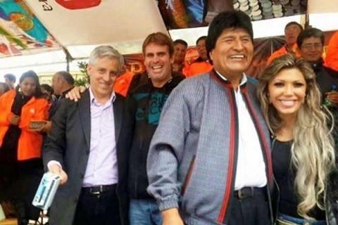 Presidente-Morales-asegura-que-foto-junto-a-Gabriela-Zapata-en-el-carnaval-de-Oruro-fue-casual