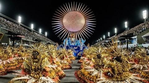 Rio-de-Janeiro-despidio-el-carnaval-con-paracaidistas-y-drones-