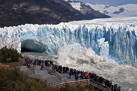 Espectacular-ruptura-de-un-arco-de-hielo-en-glaciar-de-Argentina