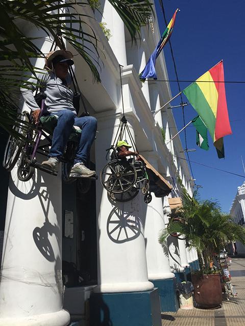 Discapacitados-se-cuelgan-en-el-edificio-de-la-Brigada-Parlamentaria