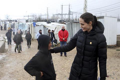 Angelina-Jolie-visita-un-campo-de-refugiados-en-Grecia-