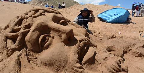 Artistas-plasmaron-la-vida,-pasion-y-muerte-de-Jesucristo-en-esculturas-de-arena