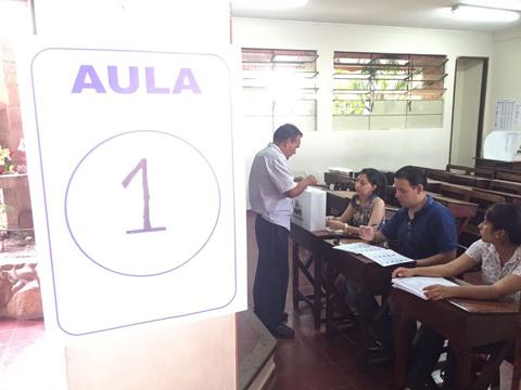Residentes-peruanos-en-Santa-Cruz-votan-en-colegio-Nueva-America