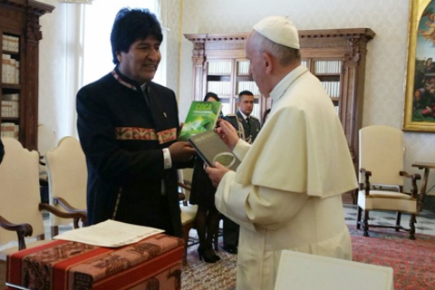 Evo-recomienda-al-Papa-consumir-hojas-de-coca-