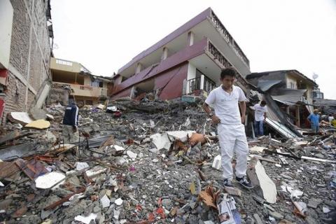Morales-viaja-a-Ecuador-y-lleva-ayuda-humanitaria-para-afectados-por-terremoto