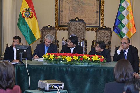 Morales-explica-a-embajadores-argumentos-que-respaldan-defensa-legal-del-Silala