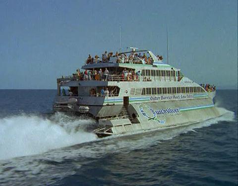 Unos-cuarenta-turistas-escapan-de-un-barco-en-llamas-en-Australia