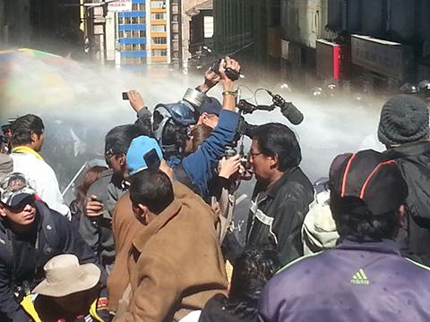 Policia-gasifica-y-detiene-a-discapacitados-que-intentan-entrar-a-plaza-Murillo