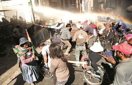 Fueron-reprimidos-con-agua-y-gases-por-la-Policia