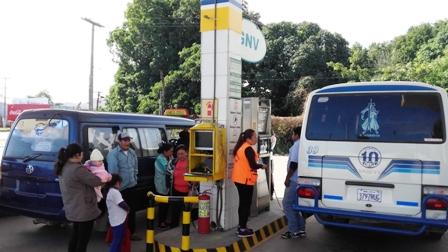 Micros-y-minibuses-cargan-combustible-con-pasajeros