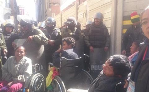 Policia-impide-que-discapacitados-ingresen-a-misa-en-la-Catedral-de-La-Paz