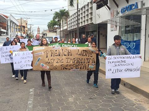 Periodistas-de-Santa-Cruz-marchan-en-apoyo-a-sus-colegas